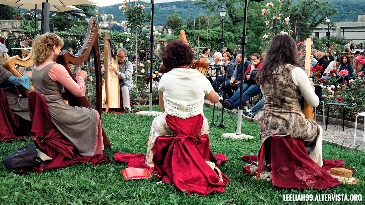 Le arpiste di ArpeInCoro al roseto del Parco di San Giovanni a Trieste © leeliah99.altervista.org
