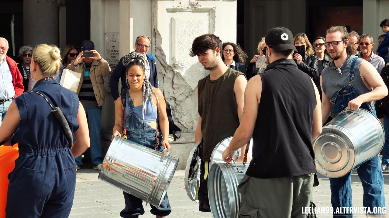 Il gruppo Stomp si esibisce in Piazza dell'Unità d'Italia a Trieste © leeliah99.altervista.org