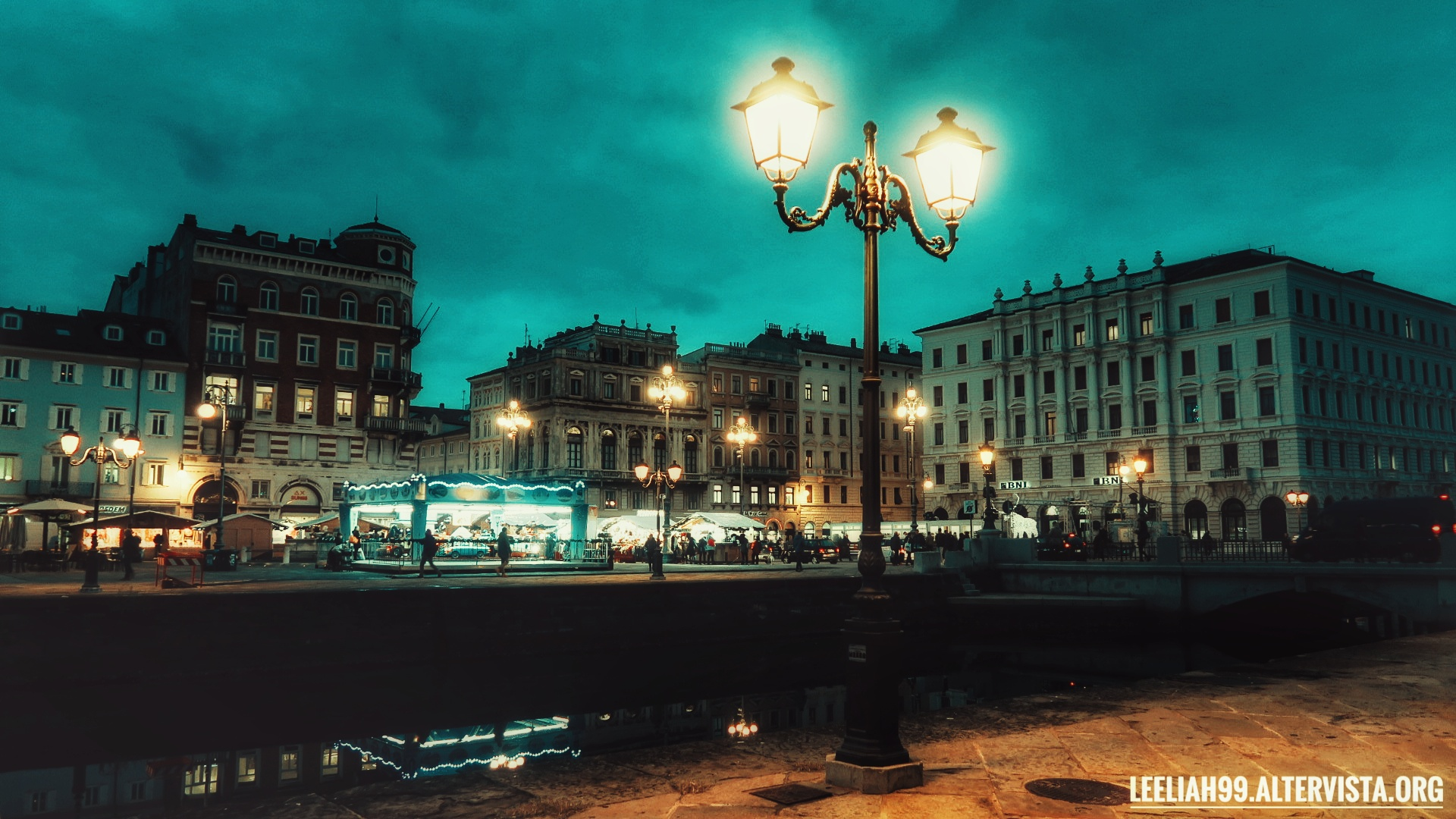 Giostra e pista di pattinaggio a Ponterosso, Trieste - Natale 2019 © leeliah99.altervista.org
