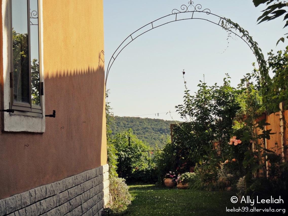 L'arco per le rose rampicanti all'ingresso del giardino © leeliah99.altervista.org